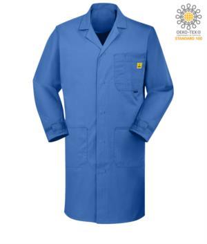 Camice antistatico ESD con due tasche laterali e una al petto, chiusra con bottoni e polsini regolabili con il velcro, certificata EN 1149-5, EN 61340-5-1:2007, colore Azzurro medicale