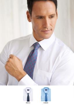 Camicia in poliestere e cotone con tessuto easy iron, modello slim fit. Polsino singolo per gemelli.