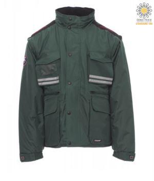 Giubbotto imbottito in ripstop, multitasche con maniche e cappuccio staccabili. Una tasca portabadge, bande riflettenti su tasche e schiena. Colore Verde
