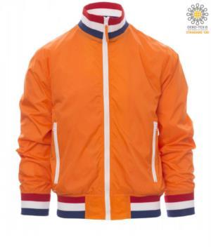 Giubbino non imbottito in nylon con tessuto drytech; colletto, polsini e vita in rib con colori bandiera. Colore Arancione con bandiera Olanda