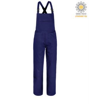 Salopette ignifuga, grande tasca sul petto, due tasche laterali, tasca posteriore, strap regolabili, colore blu navy. Certificato CE, NFPA 2112, EN 11611, EN 11612:2009, ASTM F1959-F1959M-12