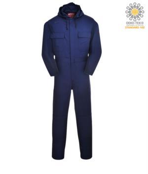 Tuta ignifuga con cappuccio, tasca dorsale, tasca porta metro, anello radio, chiusura con bottoni, colore blu navy. Certificato CE, NFPA 2112, EN 11611, EN 11612: 2009, ASTM F1959-F1959M-12