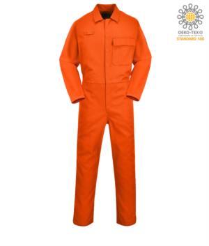 Tuta intera ignifuga, chiusura con bottoni, vita elasticizzata, accesso laterale, tasca porta metro, anello radio colore arancione. Certificato CE, EN11611, EN 11612:2009