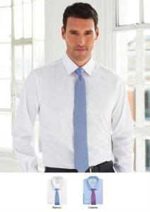 Camicia a manica lunga, con due taschini sul petto. Tessuto in poliestere e cotone con caratteristica easy iron. Ideale per uniformi di portierato, hotel, receptionist.