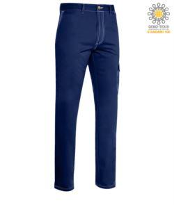 Pantalone da lavoro multitasche con cuciture a contrasto. Colore blu